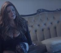 «Μισή καρδιά» – Δείτε Το νέο sexy Video Clip της Έλενας Παπαρίζου!