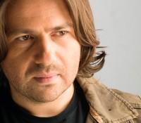 Ο Μάνος Πυροβολάκης σε νέο τραγούδι «Έχω Παράξενη Καρδιά»