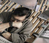 Ο Λαυρέντης Μαχαιρίτσας «Δουλέυει» μία δημιουργία με παρελθόν και τη φέρνει στα μέτρα του.