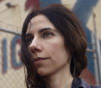 Η PJ Harvey γράφει μουσική για τους πρόσφυγες