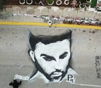 Παντελής Παντελίδης σε ένα ασπρόμαυρο γκράφιτι στο σημείο όπου ο έχασε τη ζωή του.