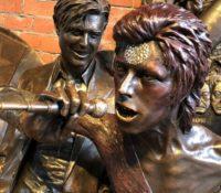 David Bowie και το άγαλμα προς τιμή του, που ήδη το Βανδάλισαν.