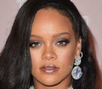 Rihanna Το ίδρυμα της κάνει δωρεά 5 εκατ. δολάρια για την αντιμετώπιση του κορονοϊού.